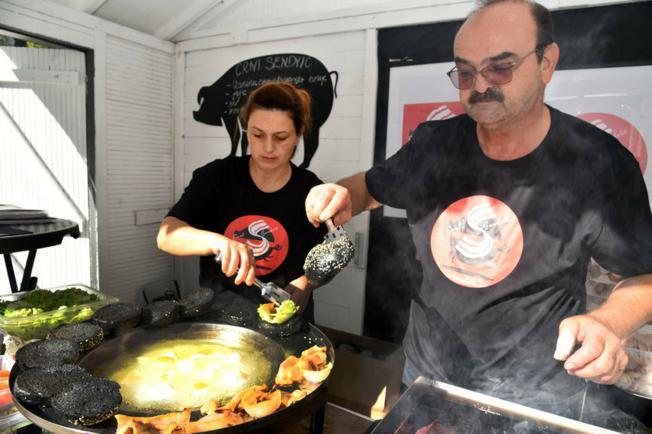 "Vinkovčani prvi kušali ""crni sendvič"" od slanine fajferice"