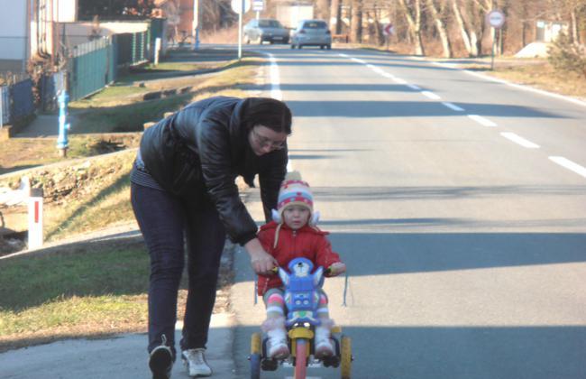 Djeca do škole moraju ići cestom kojom prometuju teški kamioni