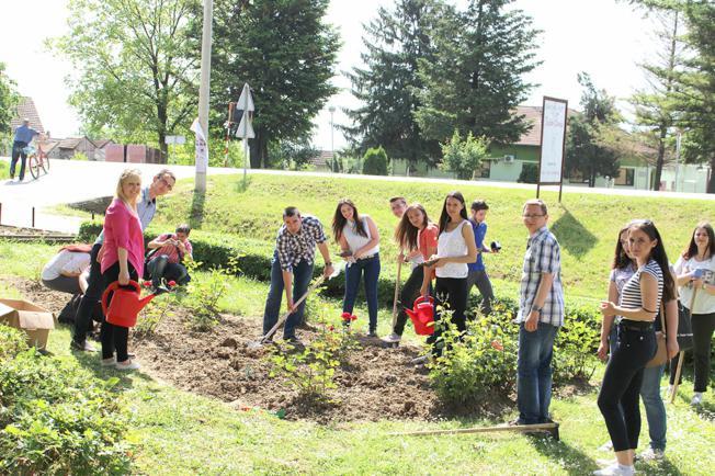 Studenti sadili ruže kod gunjanske škole
